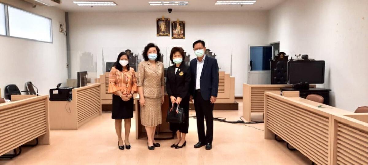 ศาลเยาวชน ติดตั้งฉากกั้นบนบัลลังก์และของพยาน เพื่อความปลอดภัยจากโรคระบาดโควิด 19