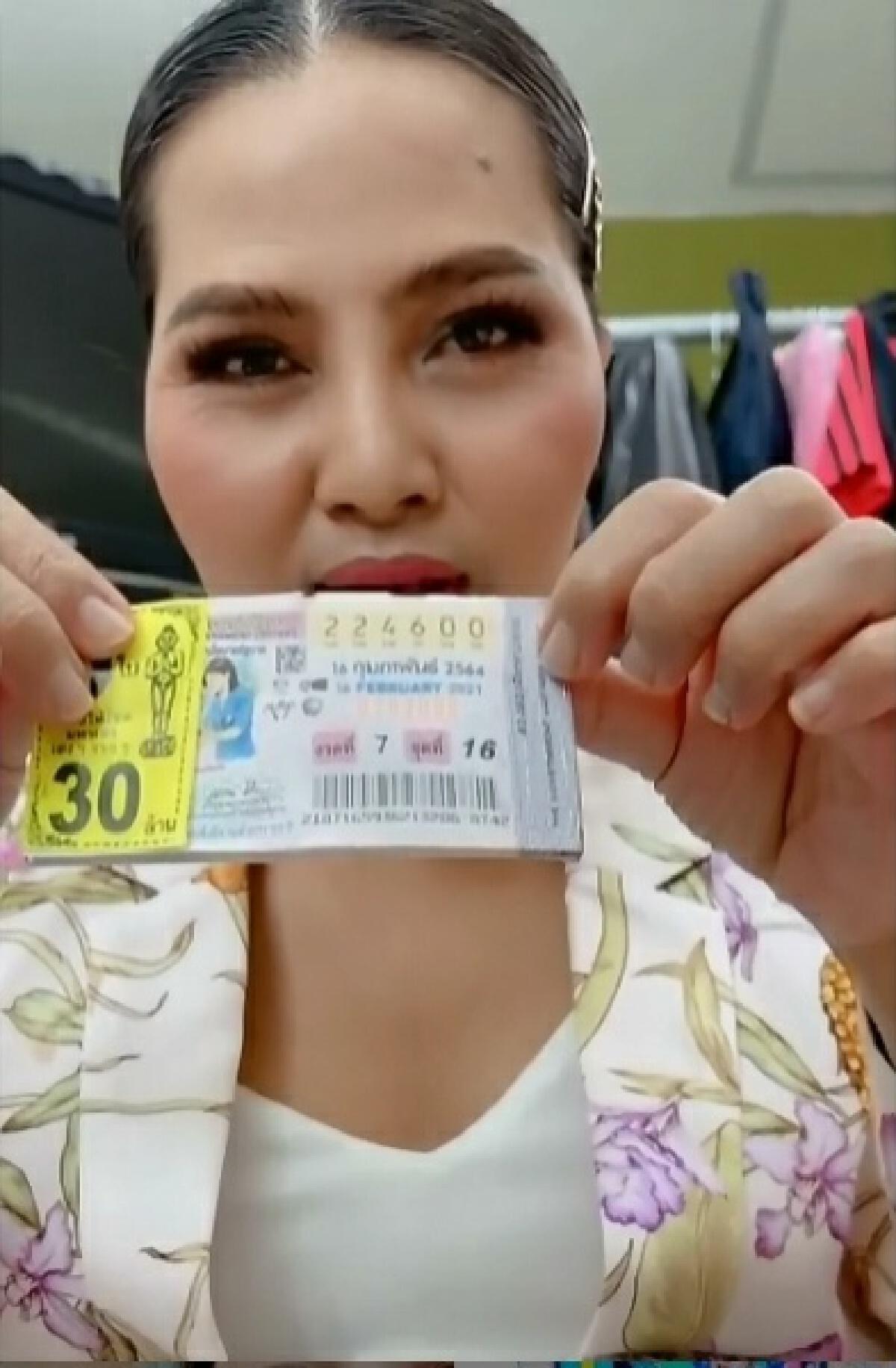 """""""สุนารี""""โชว์หวยชุด 30 ล้าน พอรู้ผลรางวัลที่1 ถึงกับลั่นทำแสบทรวงมาก"""