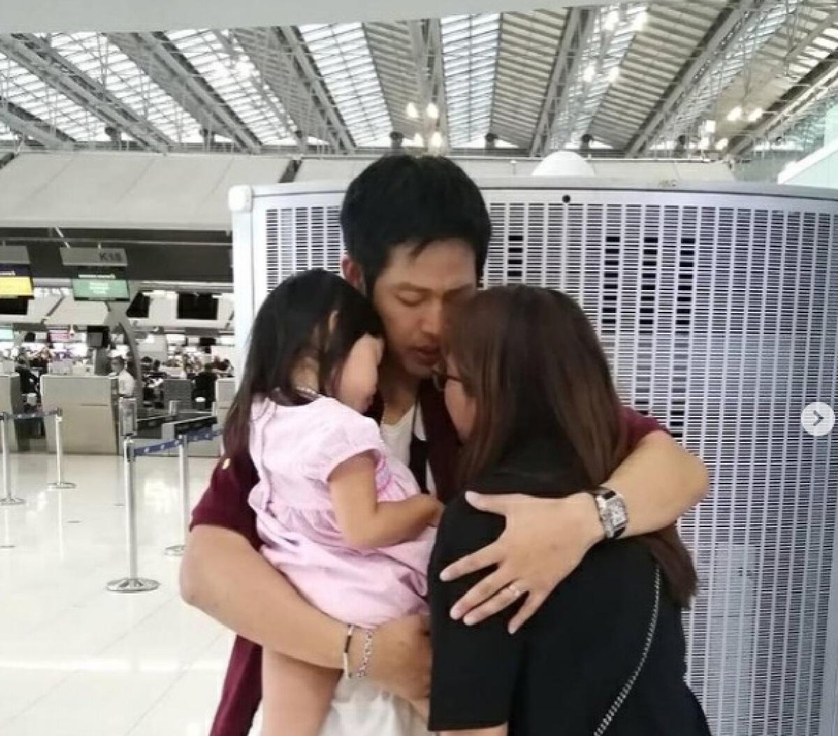 ภรรยาและลูกเดินทางมาส่ง ตู่ ภพธร ที่สนามบิน