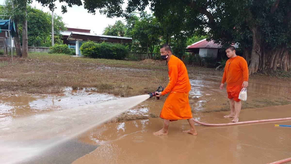 """ร่วมด้วยช่วยกัน พระเณร """"จิตอาสา"""" ช่วยทำความสะอาดวัดที่ถูกน้ำท่วม"""