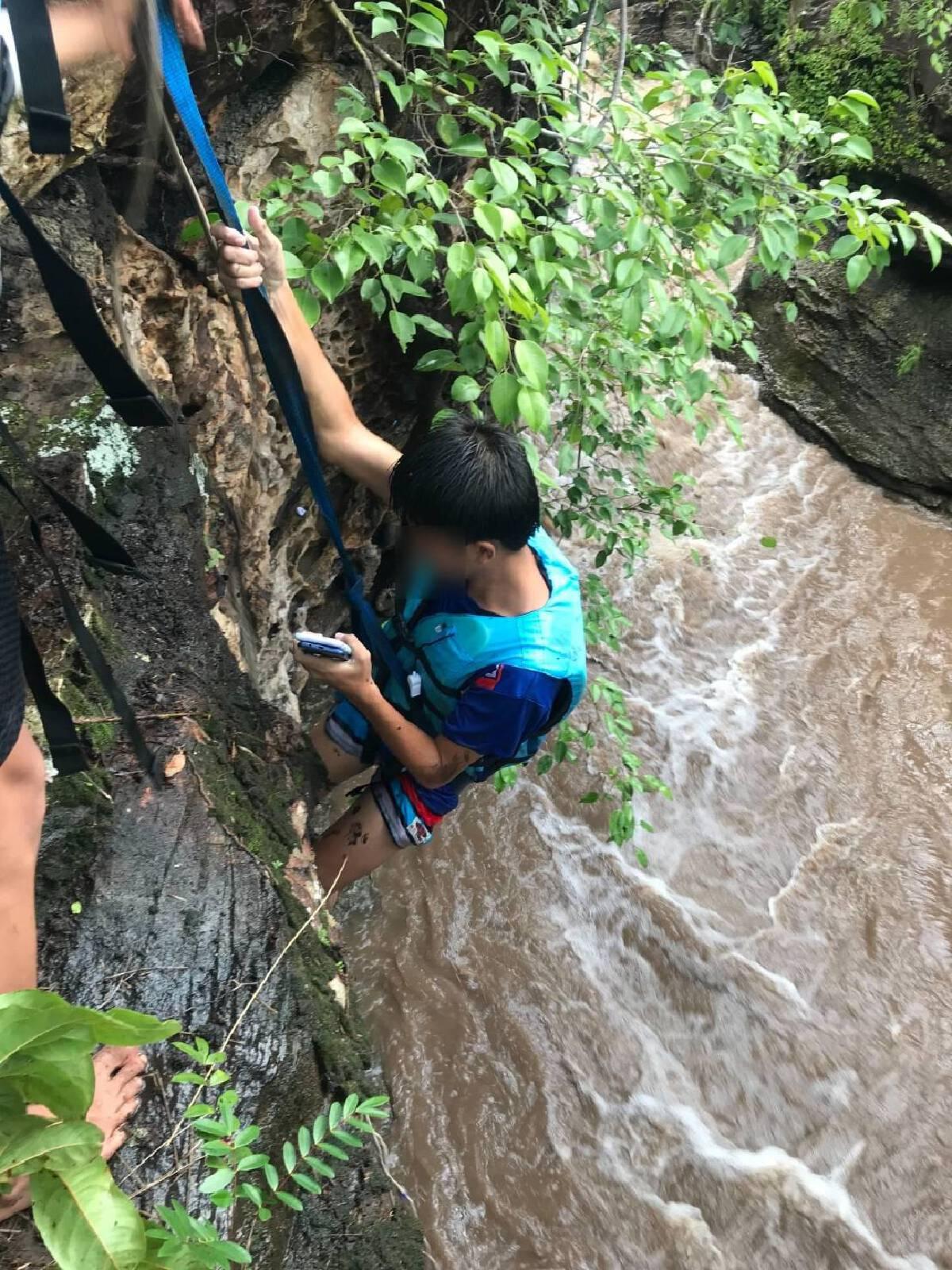 """ลุ้นกู้ภัยช่วยเด็ก 3 ชีวิต ติด""""น้ำป่า""""ภูพานใน""""น้ำตก""""ผาลี่ จ.กาฬสินธุ์"""