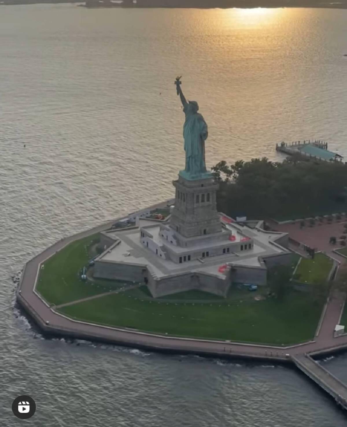 """อลังการ """"พลอย เฌอมาลย์"""" ฉลองวันเกิด ชวน คลอดีน นั่งเฮลิคอปเตอร์ ชมวิวนิวยอร์ก"""