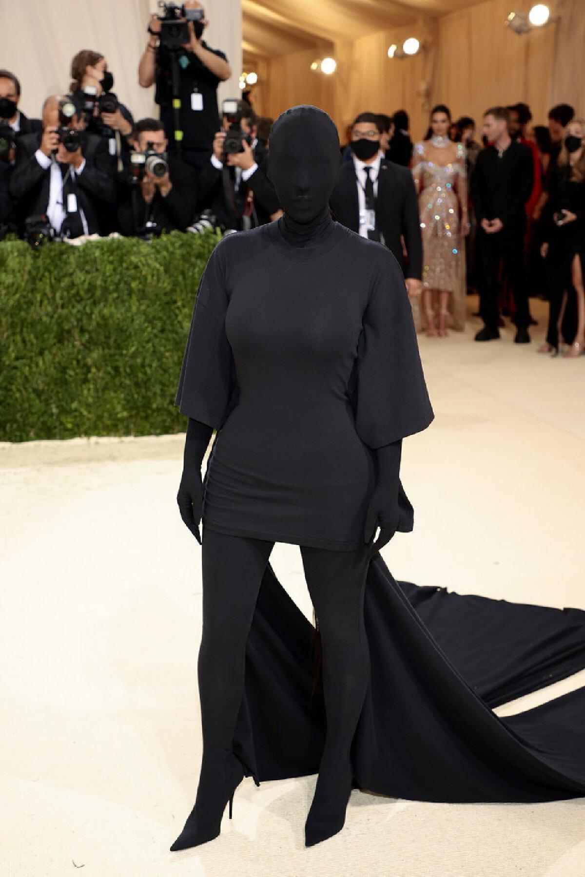 """""""คิม คาร์เดเชียน"""" เซ็กซี่ด้วยชุดปิดเนื้อหนังหัวจรดเท้า พรมแดง Met Gala 2021"""