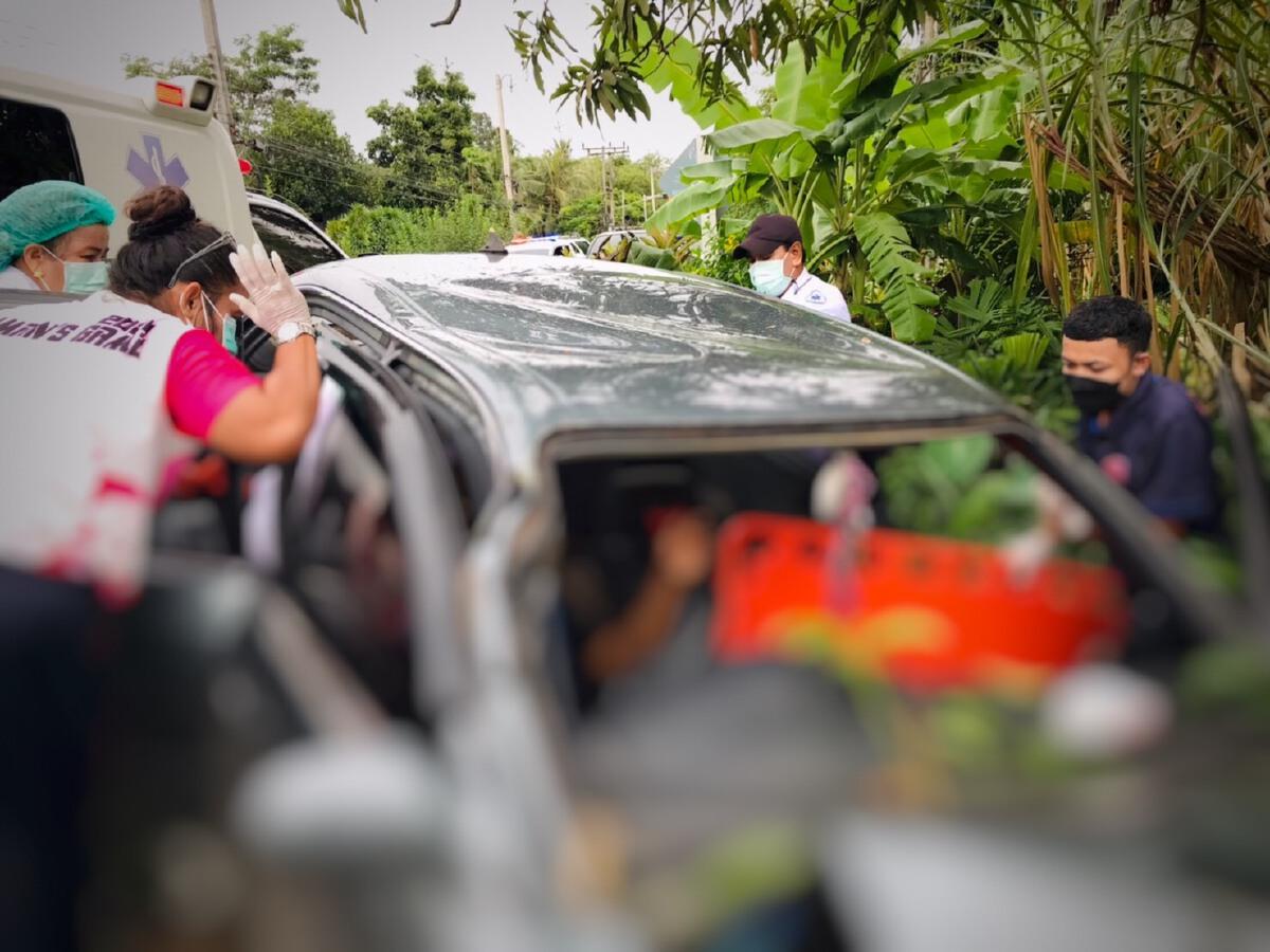 """เก๋งหลุดโค้งชนต้นไม้ ย้ำพื้นที่ฝนตก """"เสี่ยง"""" เกิดอุบัติเหตุได้อีก"""