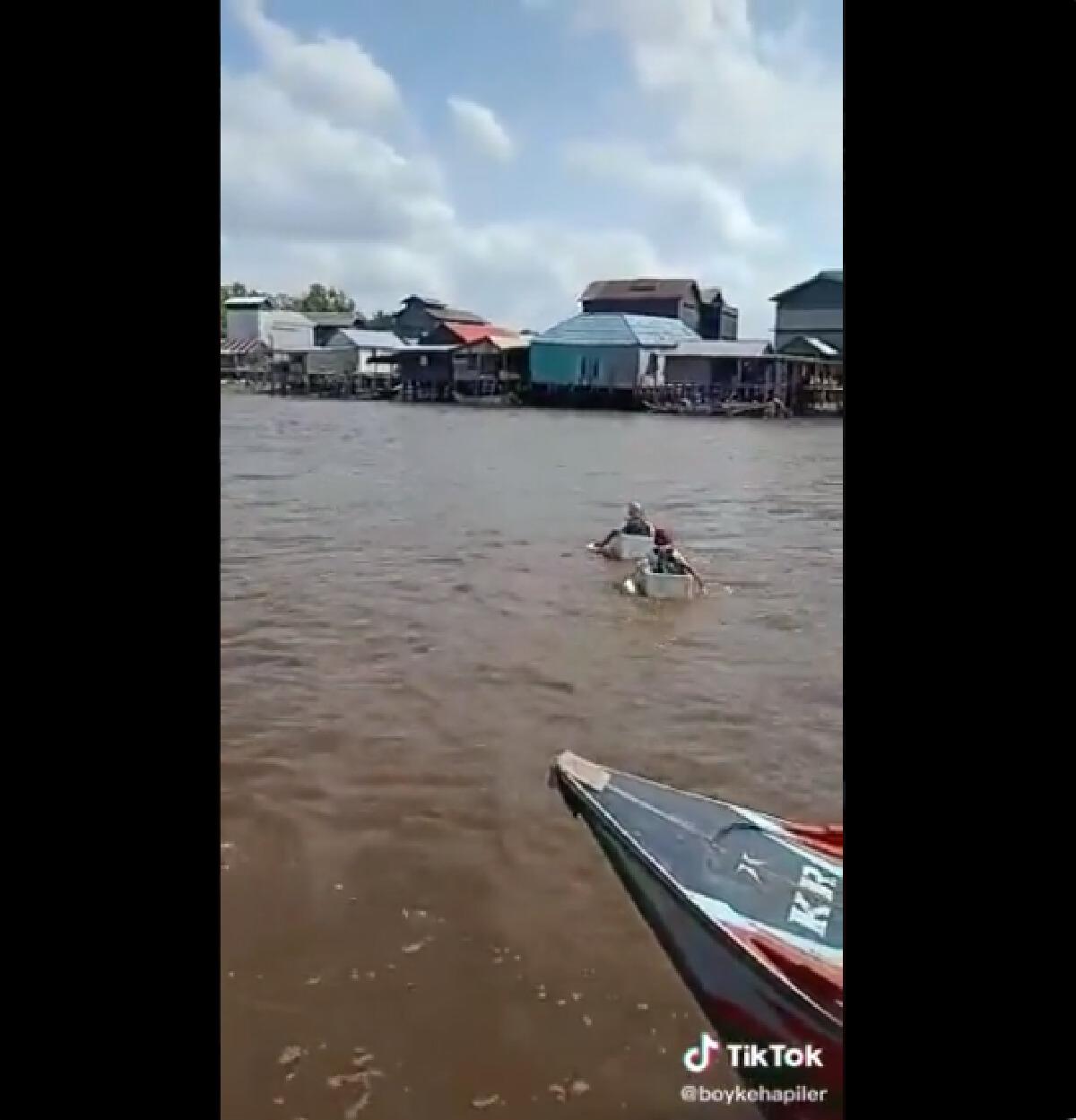 """คลิปไวรัล """"เด็กนักเรียน"""" ใช้ กล่องโฟม แทน เรือ จ้ำพายข้ามแม่น้ำกลับบ้าน"""