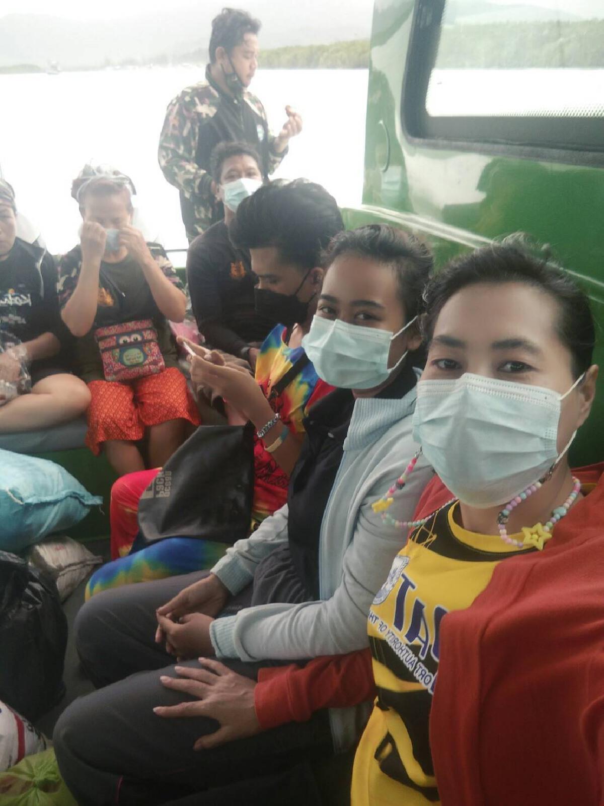"""ครูกศน.นั่งเรือข้ามทะเลอันดามันนำเงิน""""เยียวยา2000""""ไปให้นักเรียนที่หมู่เกาะสุรินทร์"""