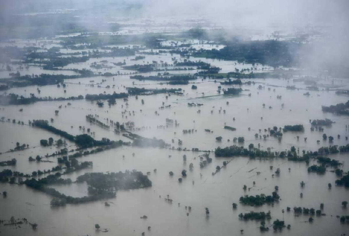 สภาพพื้นที่ที่ได้รับผลกระทบจากอุทกภัย ถ่ายจากเครื่องบินที่นายกฯเดินทางลงพื้นที่ ช่วยสุโขทัย