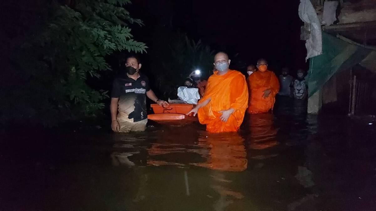 """""""คุณพระช่วย"""" 3 เจ้าอาวาส ช่วยผู้ประสบภัย พร้อมย้ายควายเผือกหนีน้ำ"""