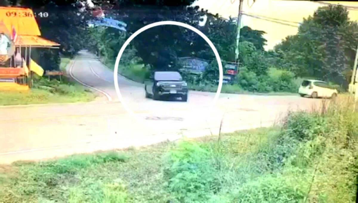 """หนุ่มปราจีนบุรี""""วูบหลับ""""ขณะขับรถ กล้องจับภาพวินาทีรถพุ่งลงข้างทาง"""