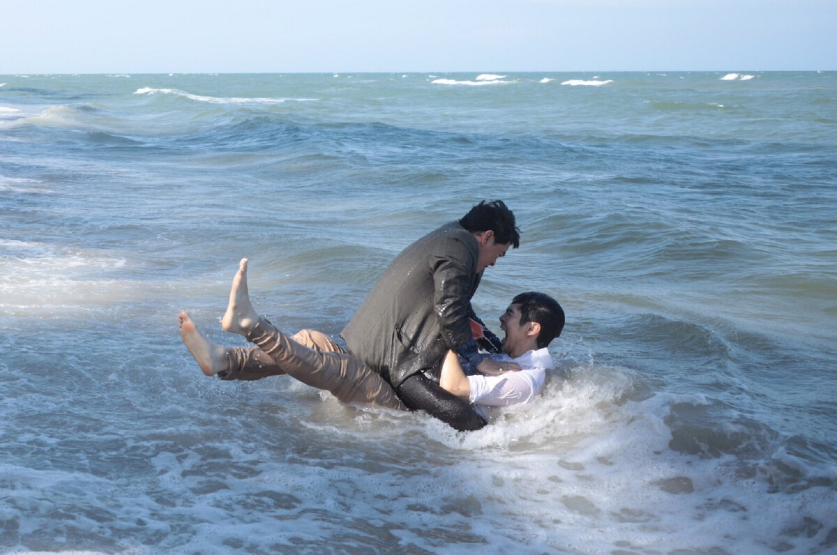 """""""ชาคริต แย้มนาม"""" ต่อย """"ริว วชิรวิชญ์"""" จนหน้าคว่ำลงทะเล ละคร """"พฤษภา-ธันวา รักแท้แค่เกิดก่อน"""""""