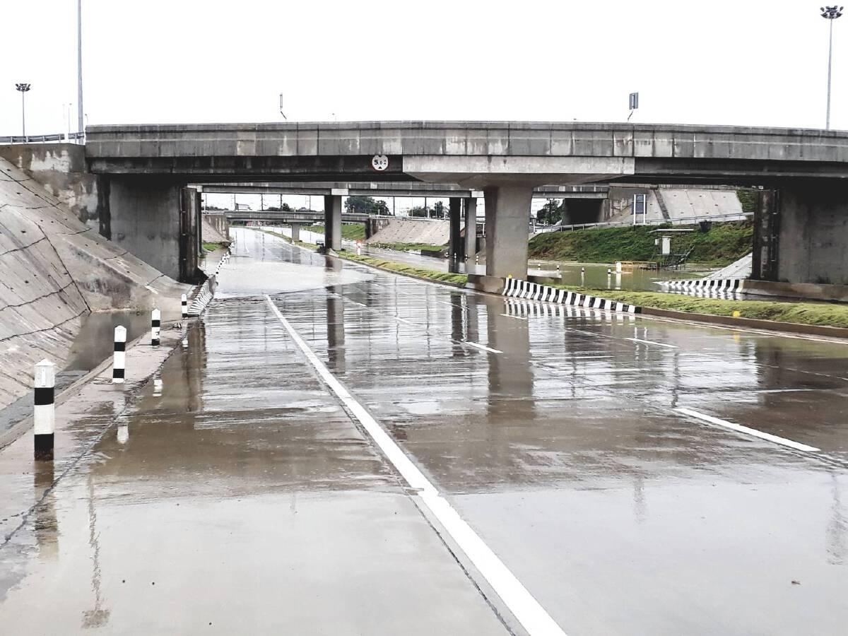 """""""ฝนกระหน่ำ"""" เชียงใหม่ น้ำท่วมถนน """"บิ๊กป้อม"""" เตรียมลุยน้ำช่วยชาวบ้าน"""