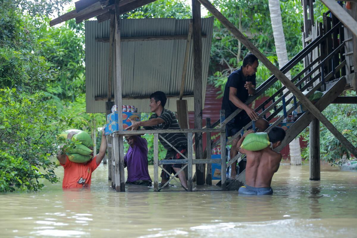 """เมื่อ """"น้ำท่วม"""" บ้าน ต้องทำอย่างไรให้ปลอดภัยทั้งครอบครัว"""