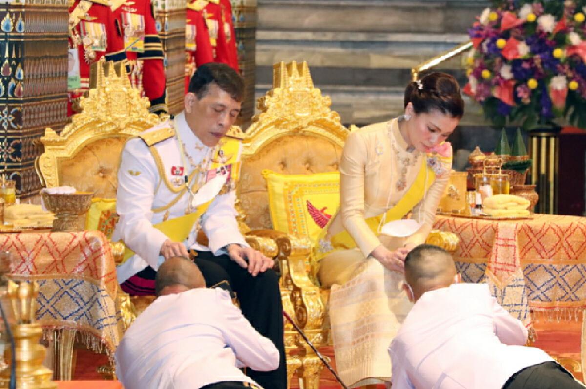 """ในหลวง-พระราชินี บำเพ็ญพระราชกุศลเนื่องในวันคล้ายวันสวรรคต """"รัชกาลที่9"""""""