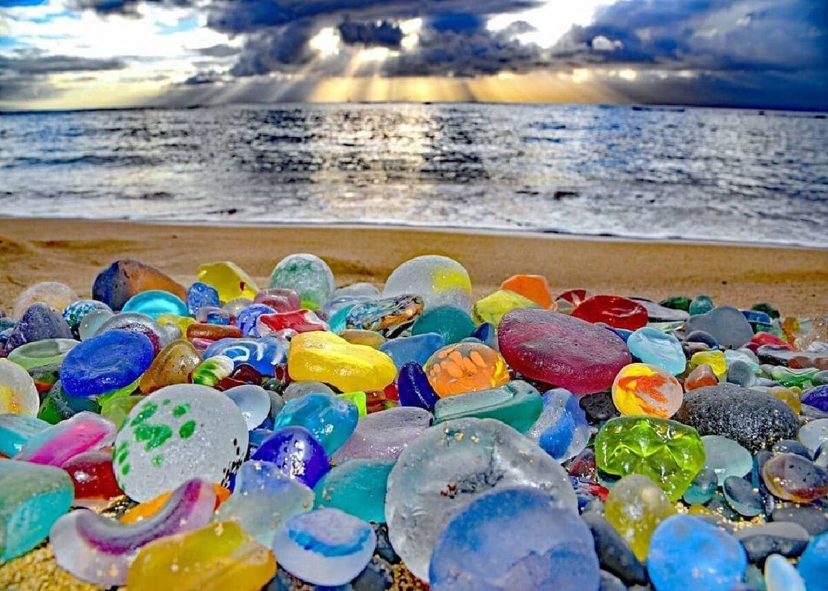 """Glass Beach หาดทรายที่ถูกน้ำทะเลเจียระไนจนกลายเป็น """"หาดทรายแก้ว"""" สีสดใส"""