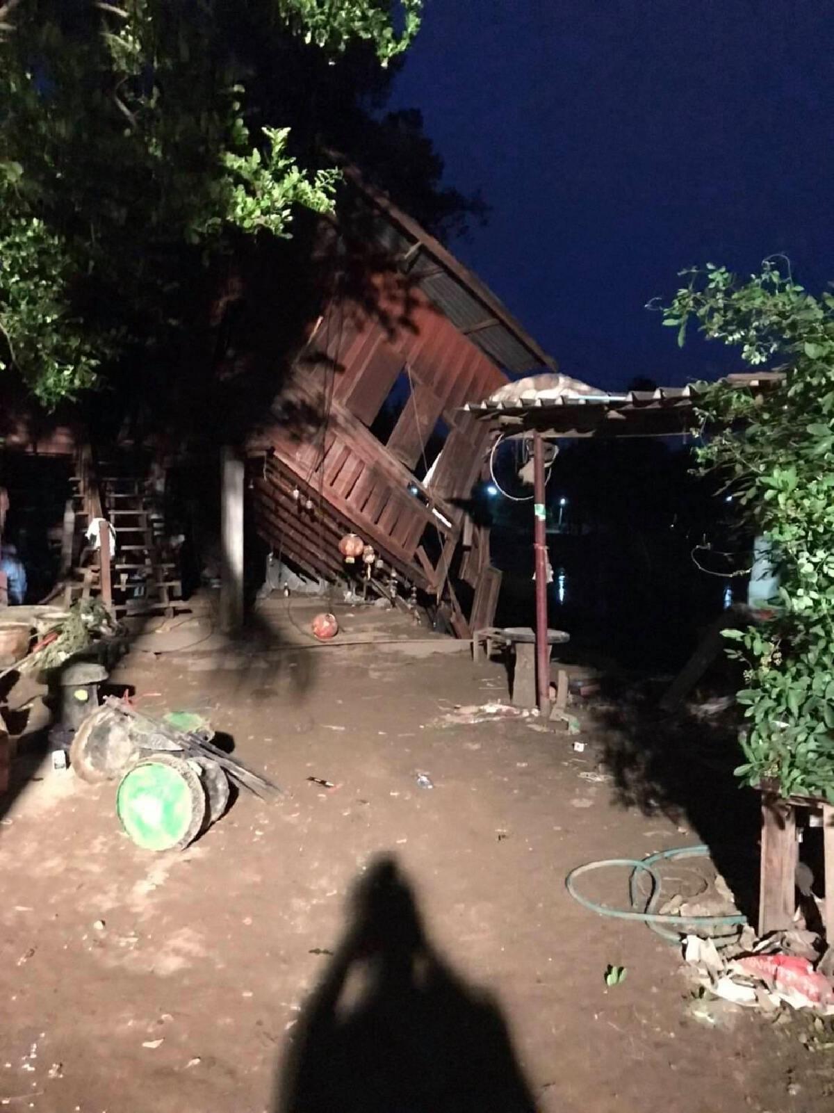 บ้านเรือนประชาชน ริมตลิ่ง ต.บ้านยาง ม.13 อำเภอเสาไห้ ล้มลงอีกหนึ่งหลัง