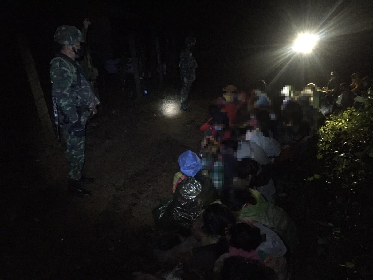"""ฉก.ม.4 กองกำลังผาเมือง สกัดจับ 48 """"ต่างด้าว"""" ลักลอบเข้าไทย"""