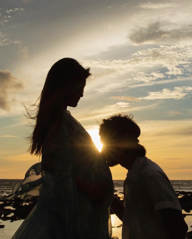 """""""ก้อย รัชวิน"""" คลอดลูกชายคนแรกแล้ว ตั้งชื่อว่า น้องทะเล"""