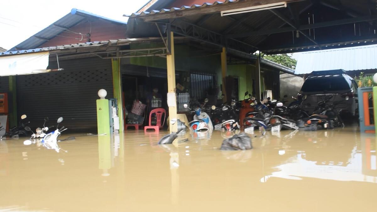 """ตัวเมืองจันทบุรี """"น้ำท่วม"""" หนัก อ.ขลุงมีรายงานเสียชีวิต 1 ราย (มีคลิป)"""