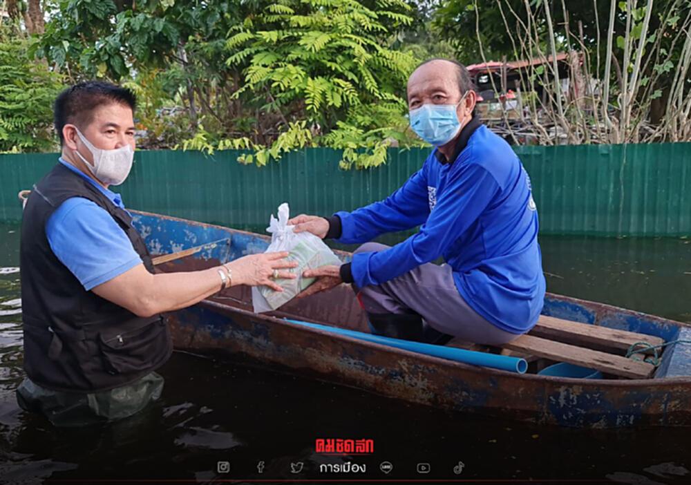 """มาแล้ว """"ธรรมนัส"""" ลุยน้ำนำทีมส.ส.พปชร. มอบยาผู้ประสบภัยน้ำท่วม"""